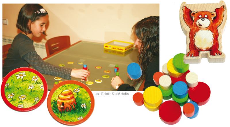 Infants jugant a jocs de taula al menjador escolar